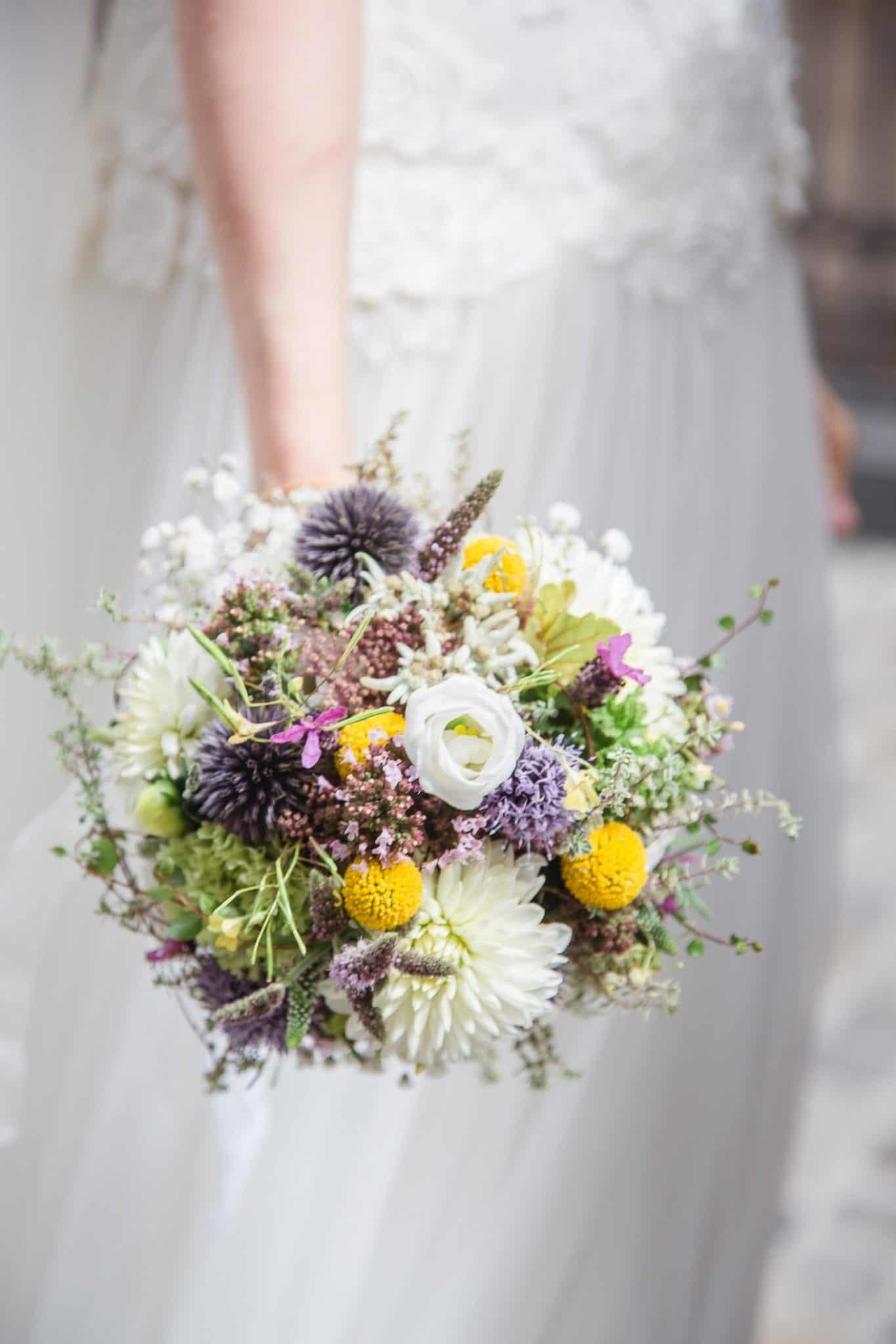 Hochzeit von Laura und Marco in Münster: Braut zeigt ihren Brautstrauß