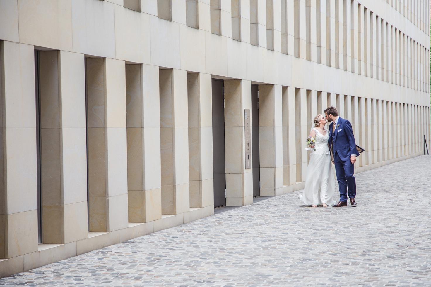 Hochzeit von Laura und Marco in Münster: Brautpaar küsst sich