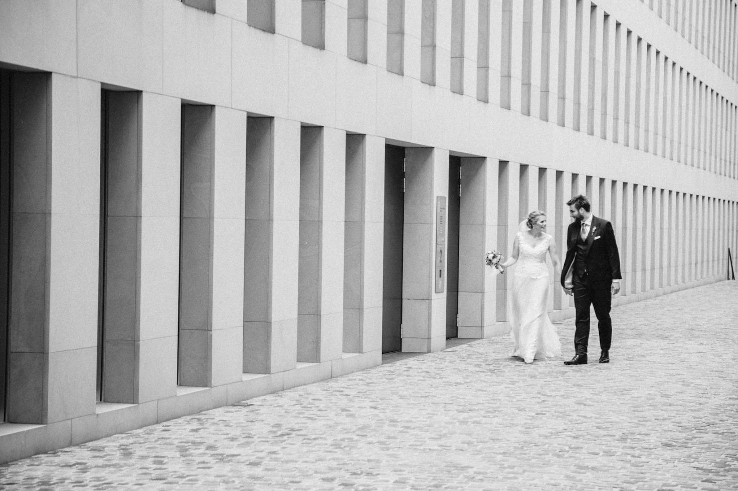 Hochzeit von Laura und Marco in Münster: Brautpaar geht Hand in Hand