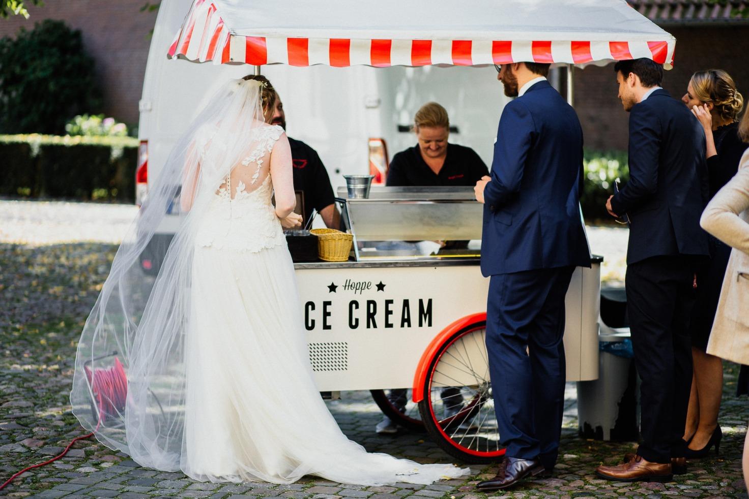 Hochzeit von Laura und Marco in Münster: Brautpaar vor dem Eiswagen
