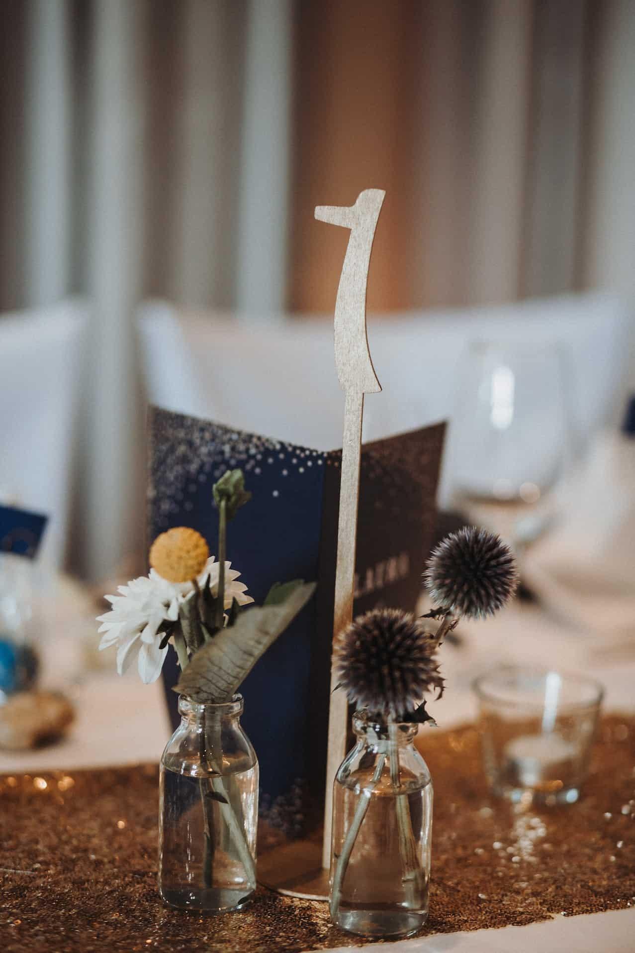 Hochzeit von Sabrina und Michael in Münster: Tischdekoration mit Blumen