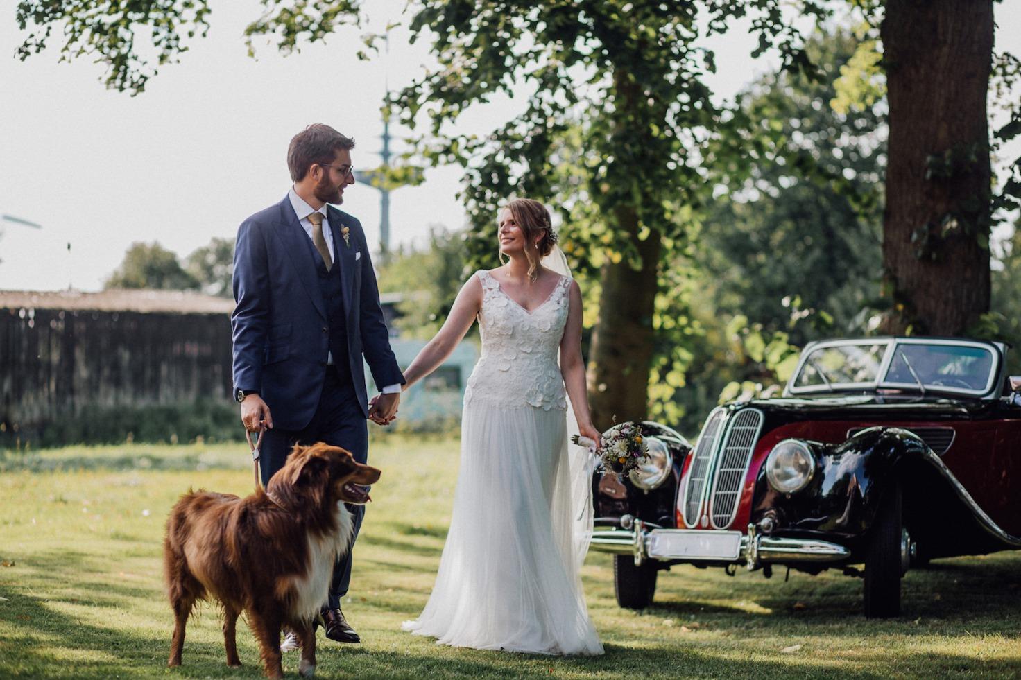Hochzeit von Laura und Marco in Münster: Brautpaar geht mit Hund spazieren