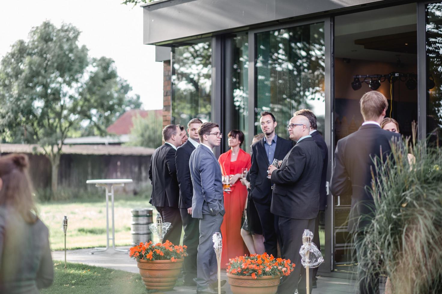 Hochzeit von Laura und Marco in Münster: Hochzeitsgäste, die sich unterhalten