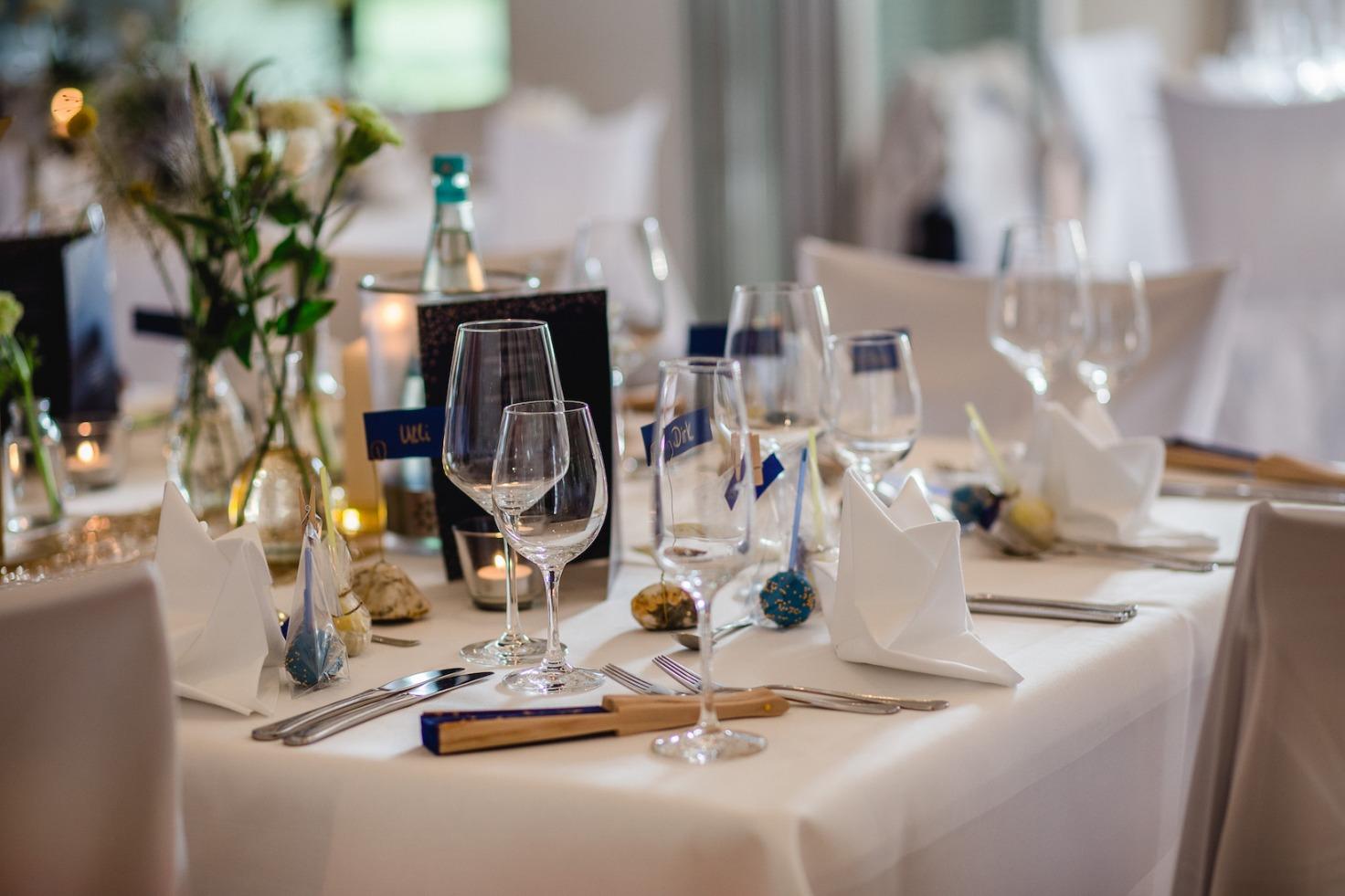 Hochzeit von Laura und Marco in Münster: Eingedeckter Hochzeitstisch