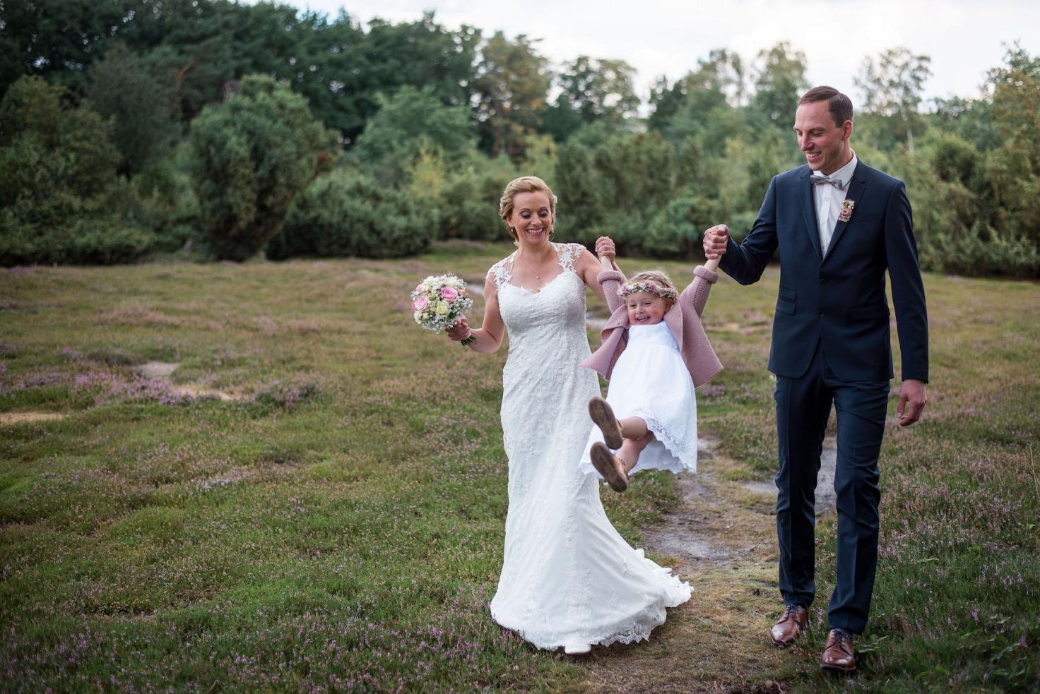 Hochzeit von Sabrina und Michael in Münster: Brautpaar spielt mit dem Kind