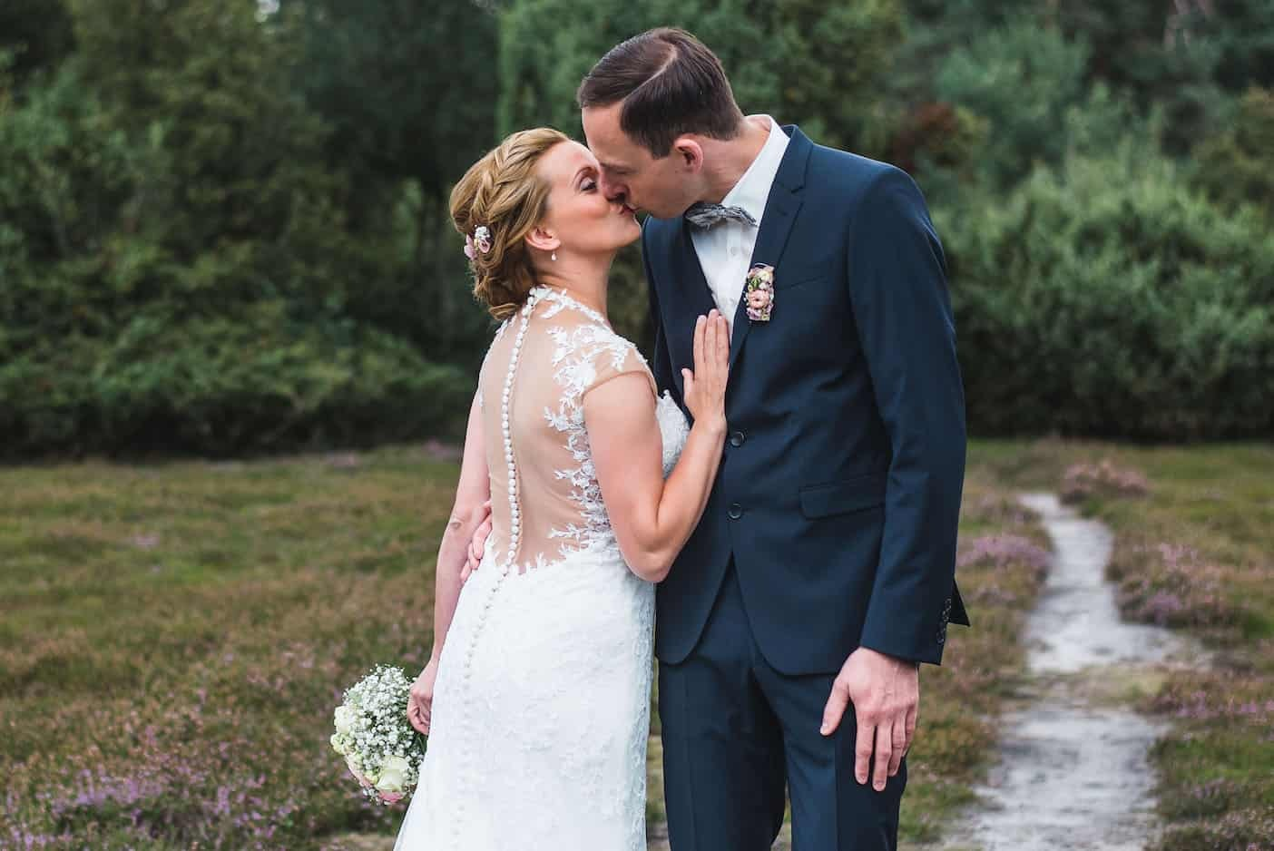 Hochzeitsfotograf Münster - Brautpaar küsst sich