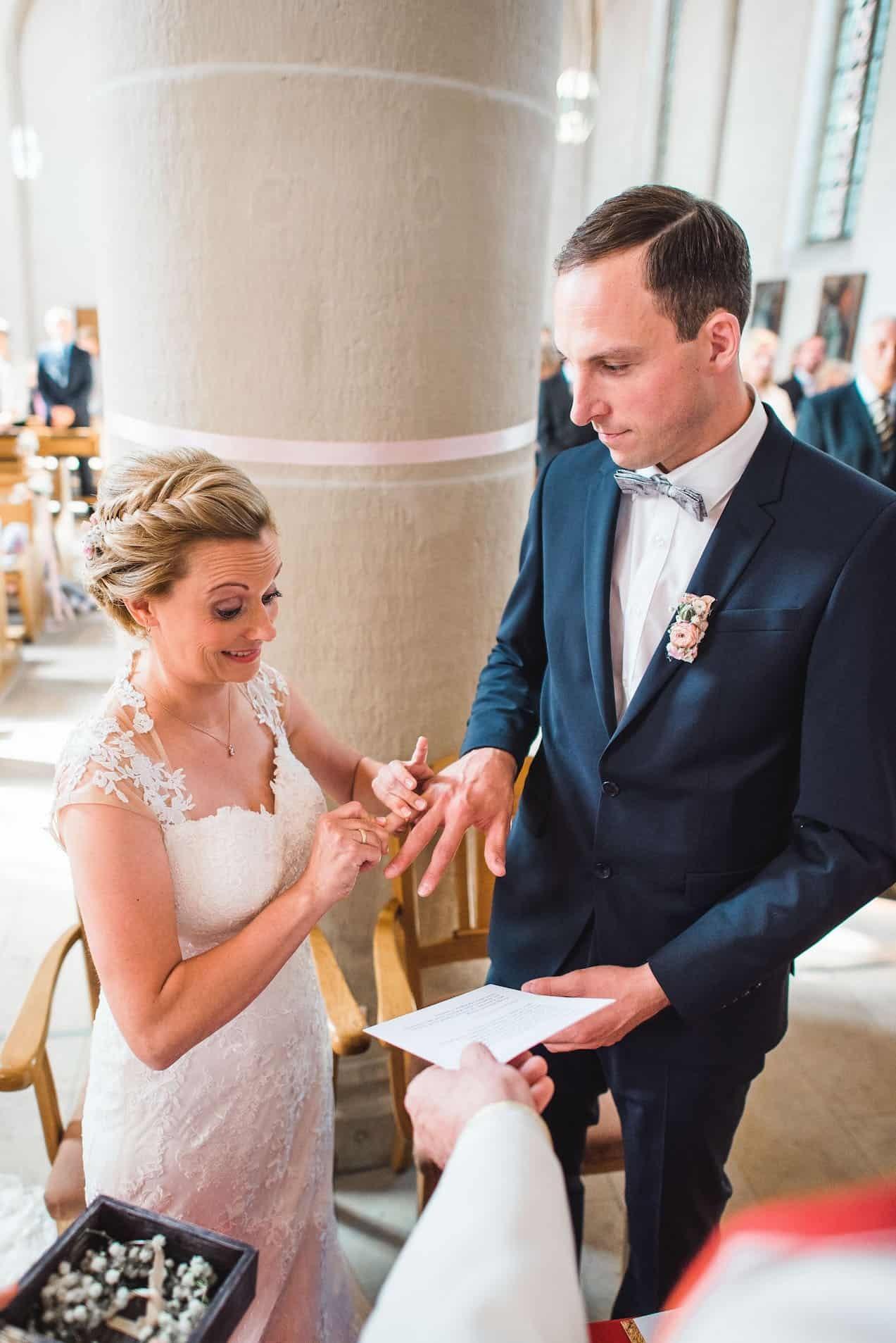 Hochzeit von Sabrina und Michael in Münster: Braut steckt dem Bräutigam den Ehering an