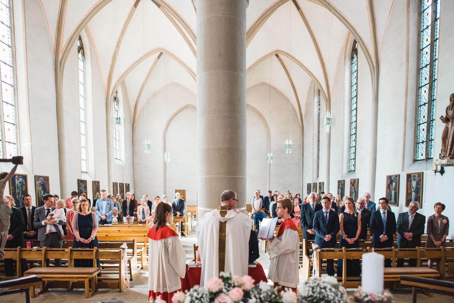 Hochzeit von Sabrina und Michael in Münster: Brautpaar wird in der Kirche gesegnet