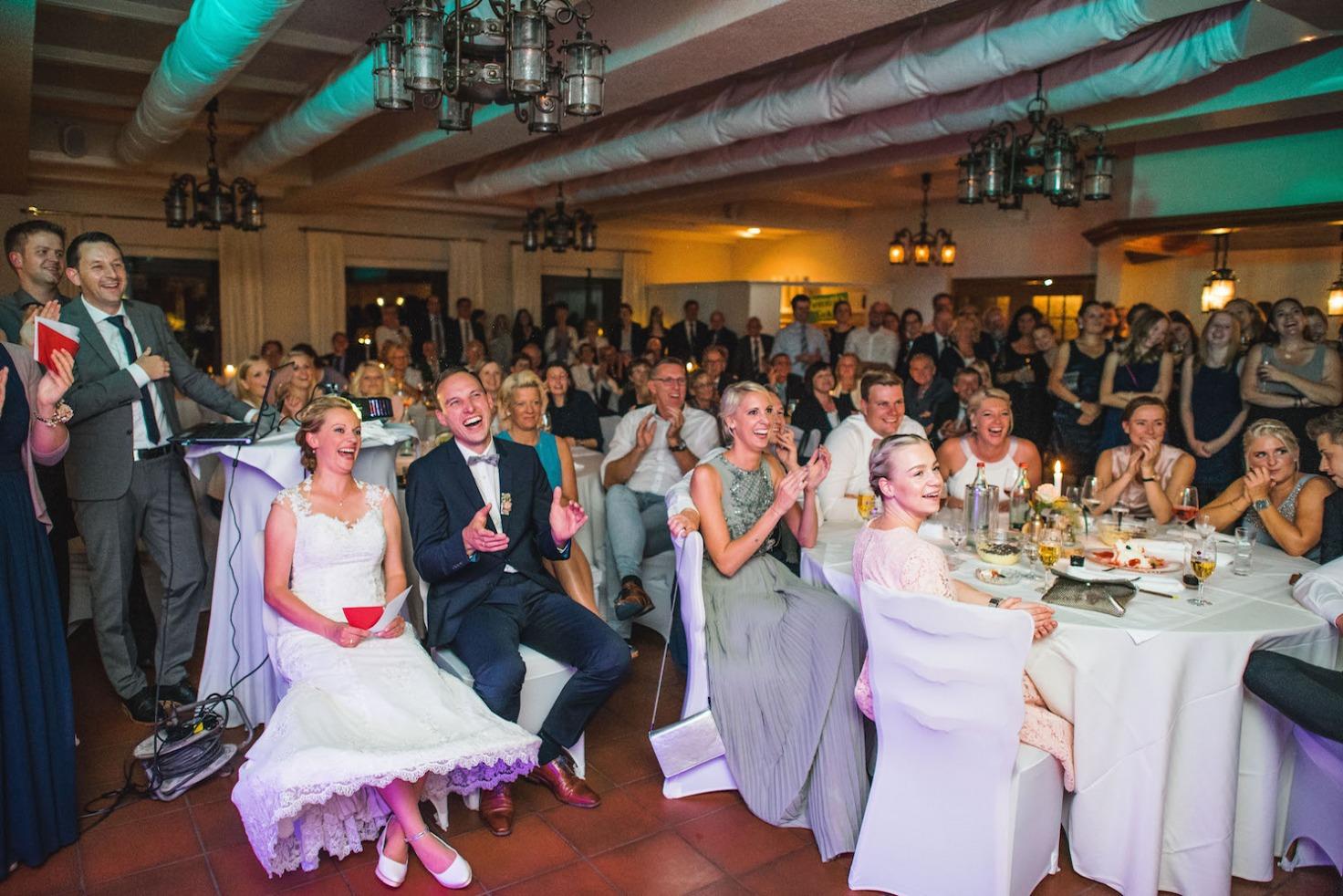 Hochzeit von Sabrina und Michael in Münster: Hochzeitspaar lacht herzlich