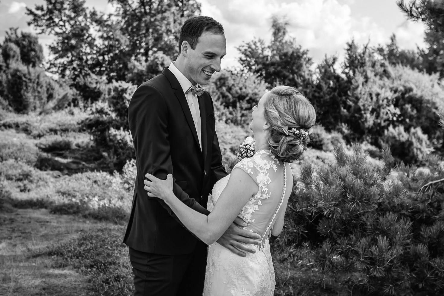 Hochzeit von Sabrina und Michael in Münster: Brautpaar lächelt sich an