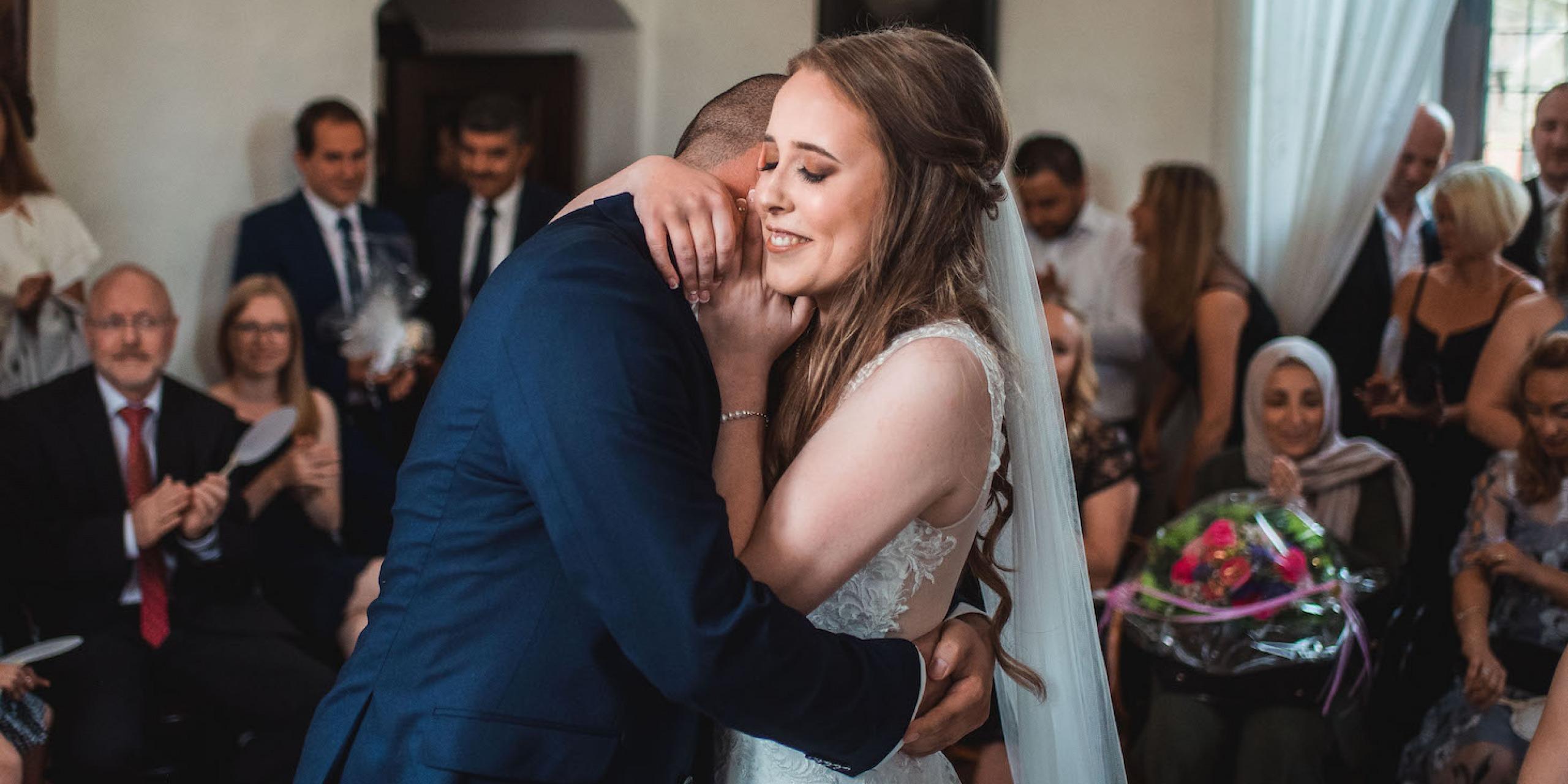 Hochzeit von Katharina und Mustafa in Münster: Innige Umarmung des Brautpaars