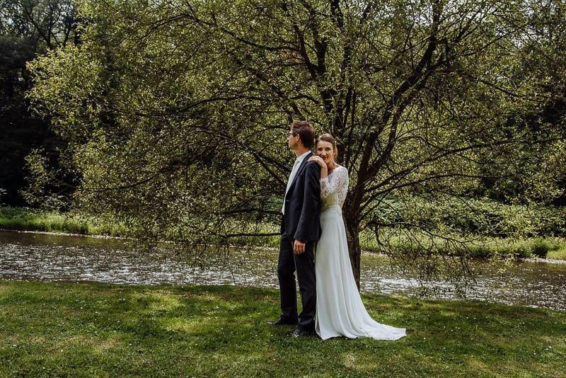 Hochzeitsfotograf Münster - Brautpaar am Fluss