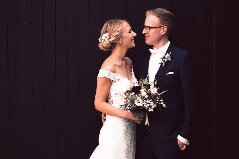 Hochzeitsfotograf Münster - Brautpaar mit Blumenstrauss