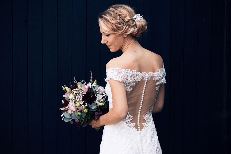 Hochzeitsfotograf Münster - Braut mit Blumenstrauss