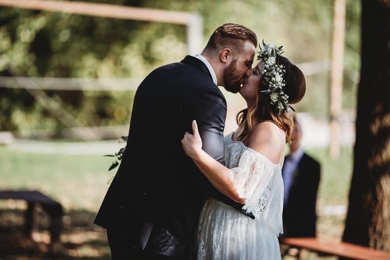 Hochzeitsfotograf Münster - Hochzeitskuss draussen